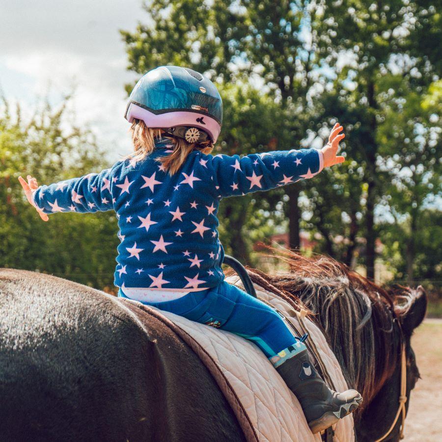 Izjāde ar zirgiem bērniem