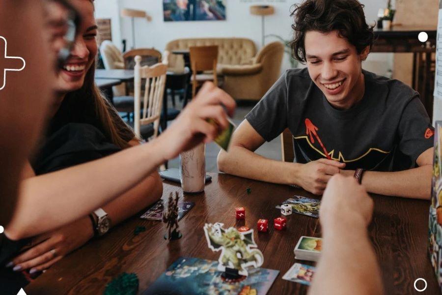 Ģimene spēlējot galda spēles