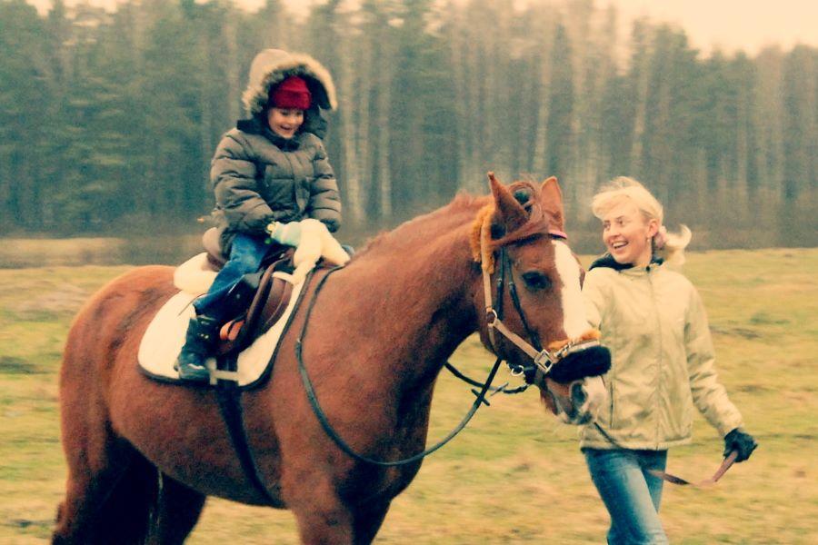 Bērns jājot uz zirga